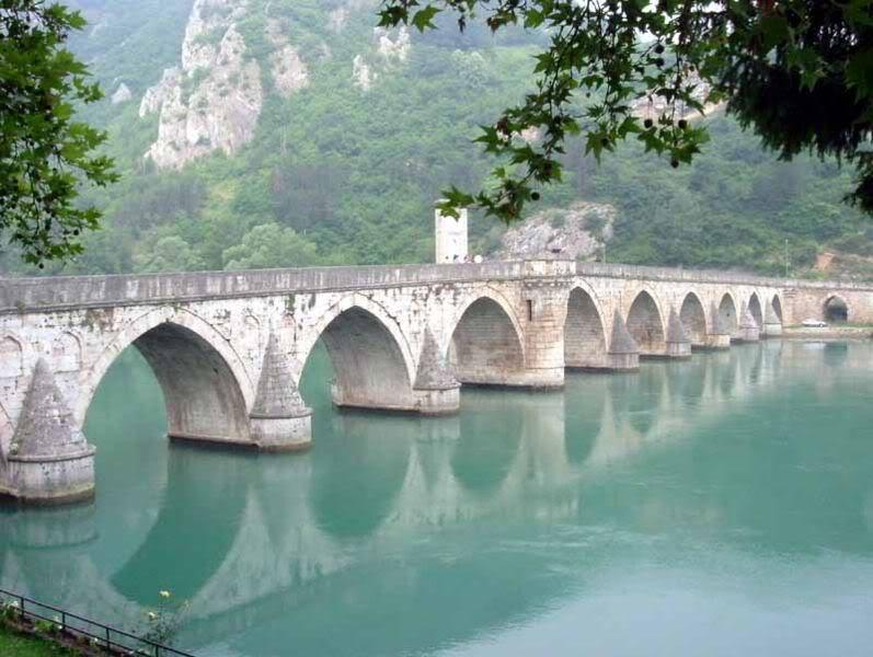 797px-Visegrad_bridge_by_Klackalica.jpg