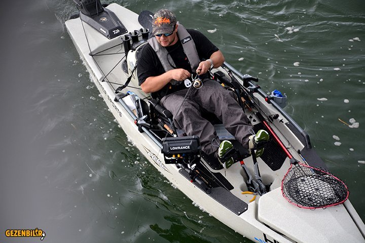 ProAngler14-action-fishing--dune-topview-rigged-livewell-powerpole-BobFindlay-Aus_9565-sm.jpg